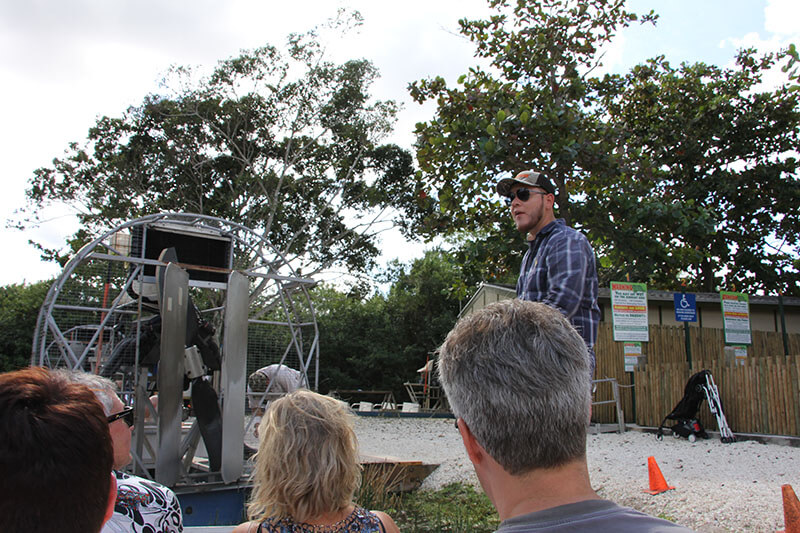 The ride on the airboat seemed to be bland at first, it had an indication that it was going to get wet, but the people came out. I thought it would not be fun ... and it starts with instructions of the headphones you get to be able to protect yourself from the noise of the boat, that you should not put bags on the floor of the boat because it gets wet, that you can stand up to take pictures and also he talks if you want me to take a picture before you leave. 05