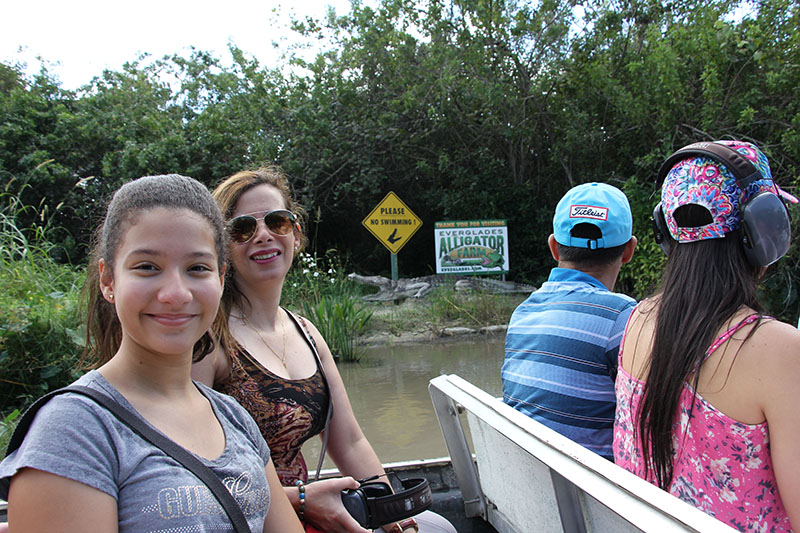 The ride on the airboat seemed to be bland at first, it had an indication that it was going to get wet, but the people came out. I thought it would not be fun ... and it starts with instructions of the headphones you get to be able to protect yourself from the noise of the boat, that you should not put bags on the floor of the boat because it gets wet, that you can stand up to take pictures and also he talks if you want me to take a picture before you leave. 06