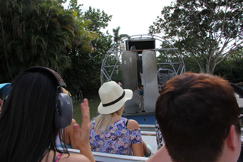 The ride on the airboat seemed to be bland at first, it had an indication that it was going to get wet, but the people came out. I thought it would not be fun ... and it starts with instructions of the headphones you get to be able to protect yourself from the noise of the boat, that you should not put bags on the floor of the boat because it gets wet, that you can stand up to take pictures and also he talks if you want me to take a picture before you leave. 07